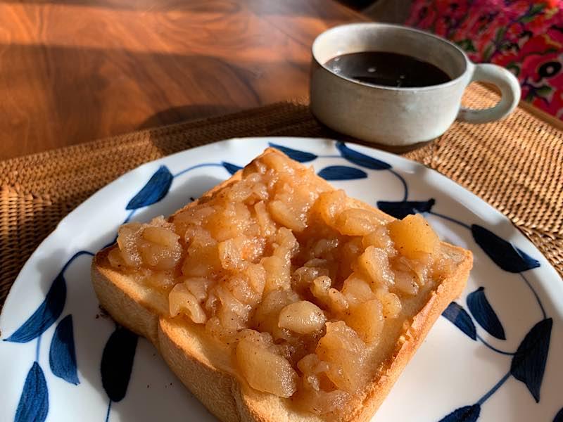 食パンアップルソースとコーヒー